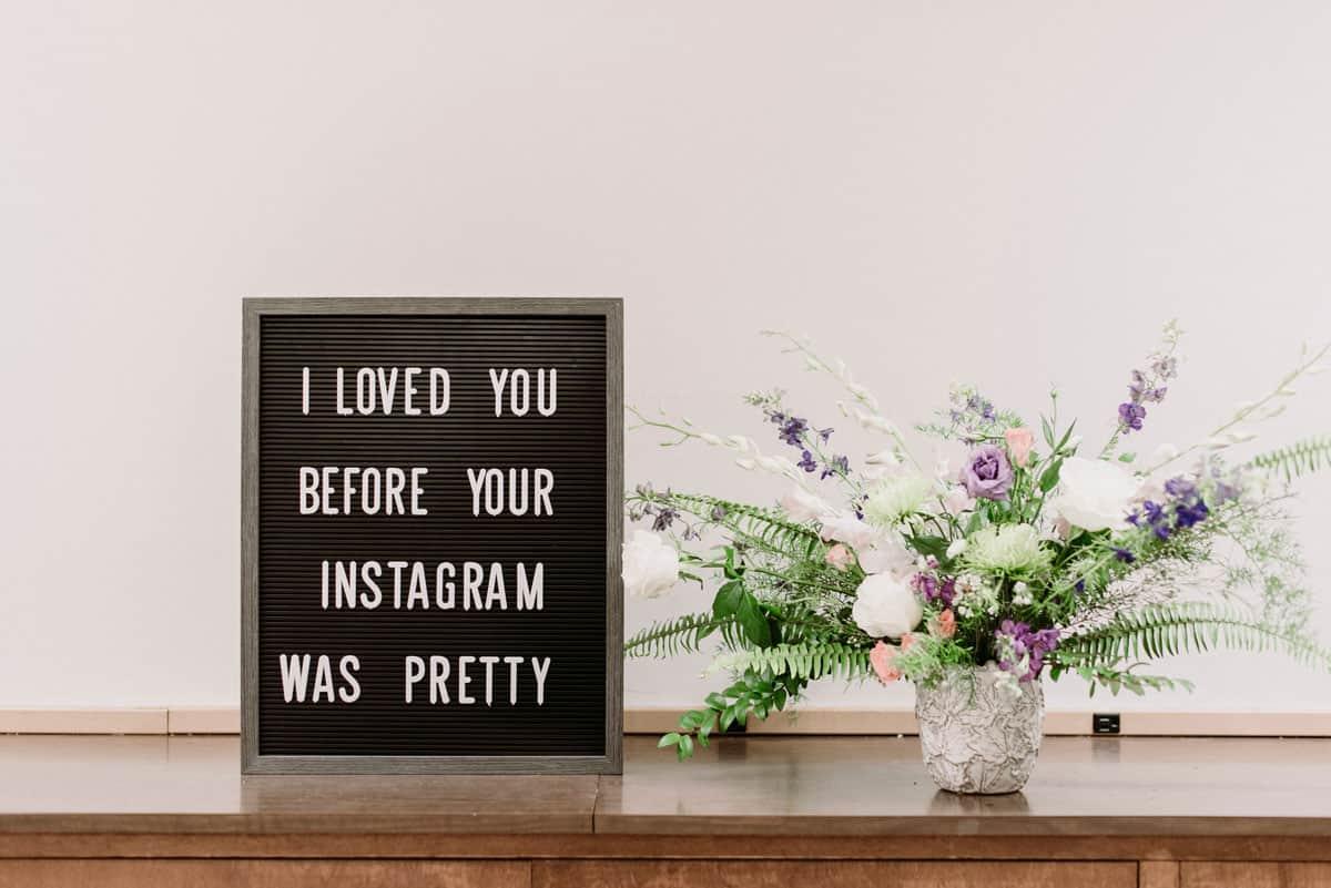 """Instagram für Selbständige: Ist es die richtige Marketingplattform für dich? Hier zu sehen ist ein Letterboard mit dem Spruch """"I loved you before your instagram was pretty"""" und ein Blumenstrauß."""