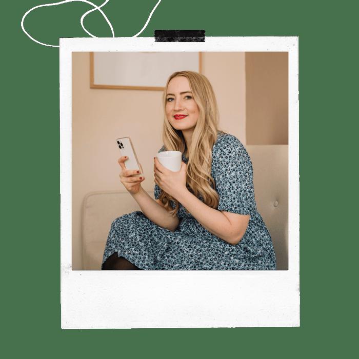 Polaroid von Jessica mit Phone und Kaffeebecher