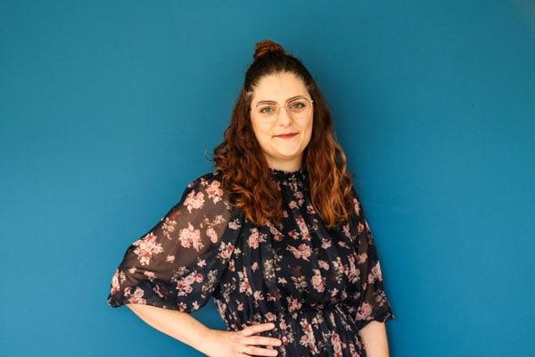 Portrait Viktoria Kux vor blauer Wand
